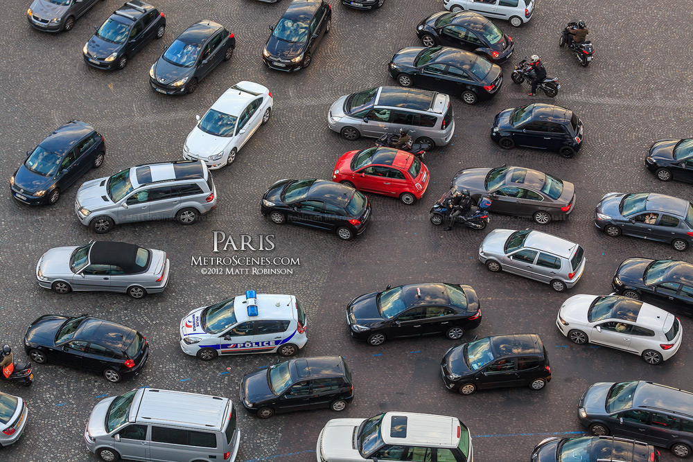 Traffic converges at the Place Charles de Gaulle