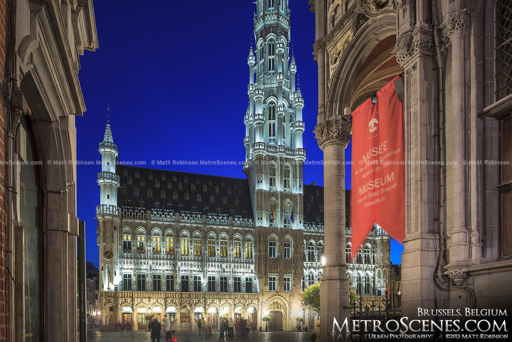 Alley leading into Grote Markt, Brussels at night