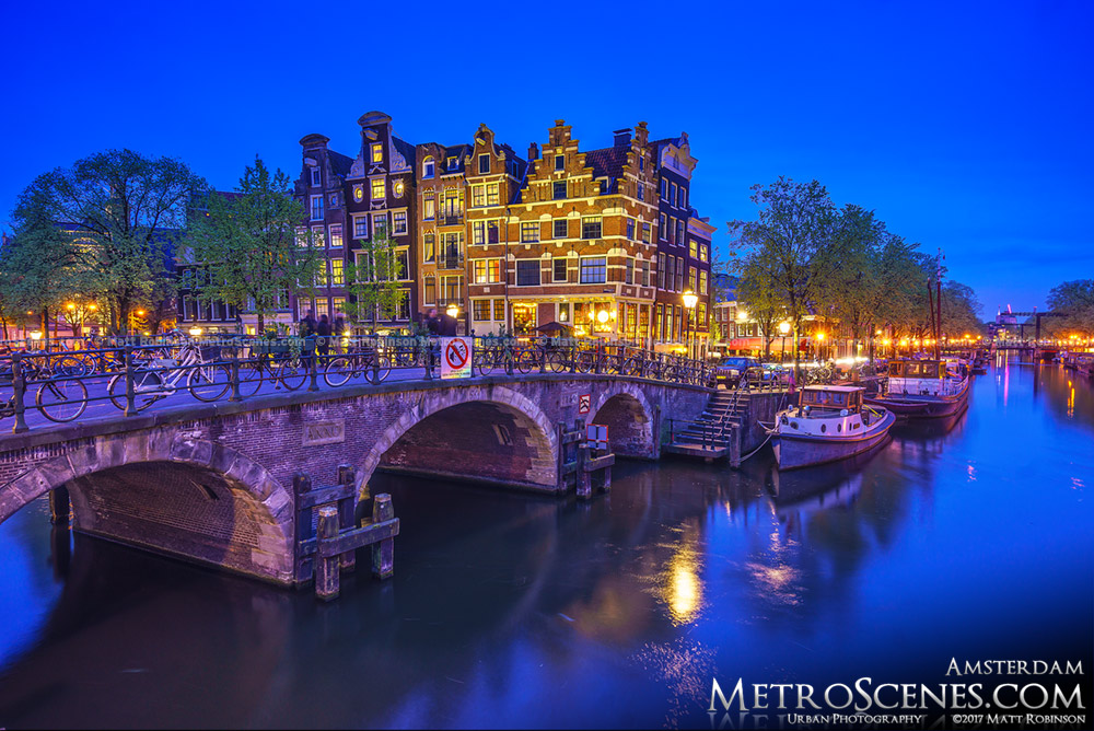 Lekkeresluis at night Amsterdam